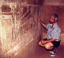 Manuel Delgado junto a las representaciones de las bombillas de Dendera.