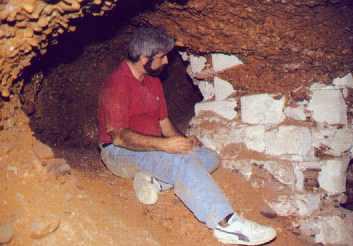 El interior d la gruta natural. Dentro se aprecian una misteriosas estalactitas.