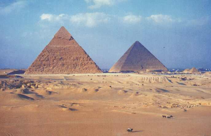 La pirámide de Kefrén (izq), y la Gran Pirámide (dcha).